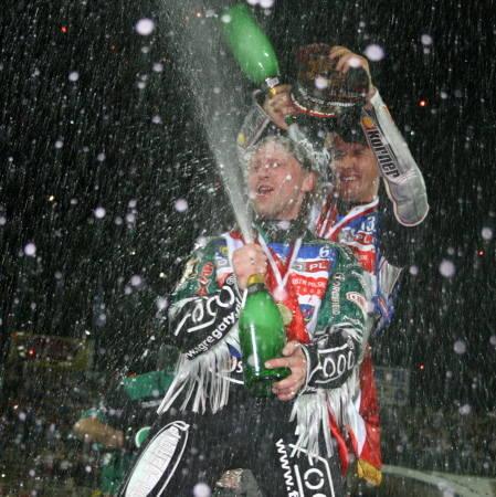Przyjaciele w strugach szampana. Adam Skrónicki (z przodu) i Grzegorz Walasek.
