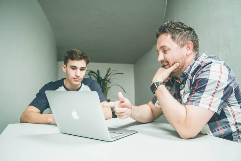 Posiłkowanie się sprawdzonymi informacjami i korzystanie z porad znajomych jest dobrym kierunkiem w poszukiwaniach zawodowych. W dobie wielu programów