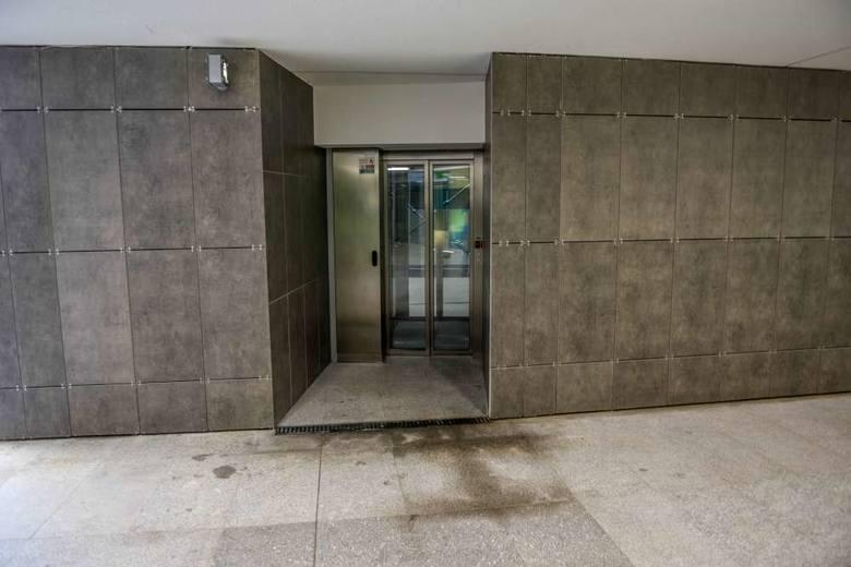 Nowoczesne windy, ale dojście do nich nie wygląda najlepiej