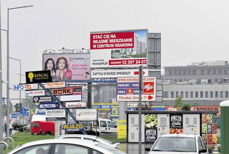 Ul. Josepha Conrada w Krakowie - jedna z najbardziej oszpeconych reklamami ulic w Polsce