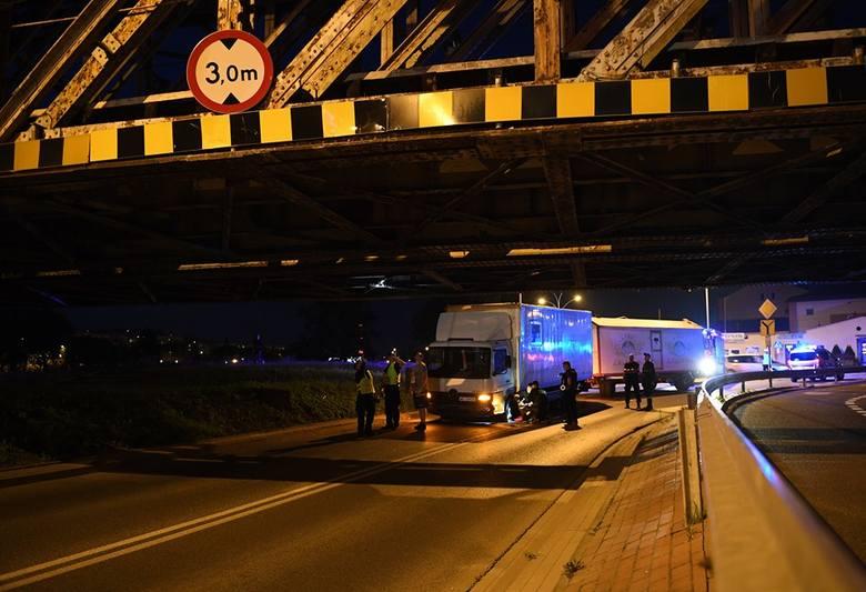 - Ciężarówka cyrku Zalewskiego utknęła pod mostem kolejowym w Przemyślu. - napisał do nas internauta. Z pomocą strażaków ciężarówce udało się wyjech