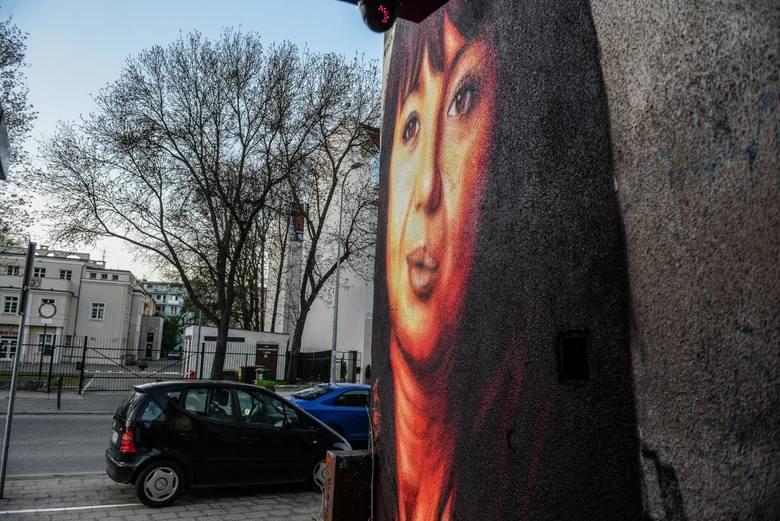 Anna Przybylska na muralu Tusego we Wrzeszczu, jeszcze przed poprawkami