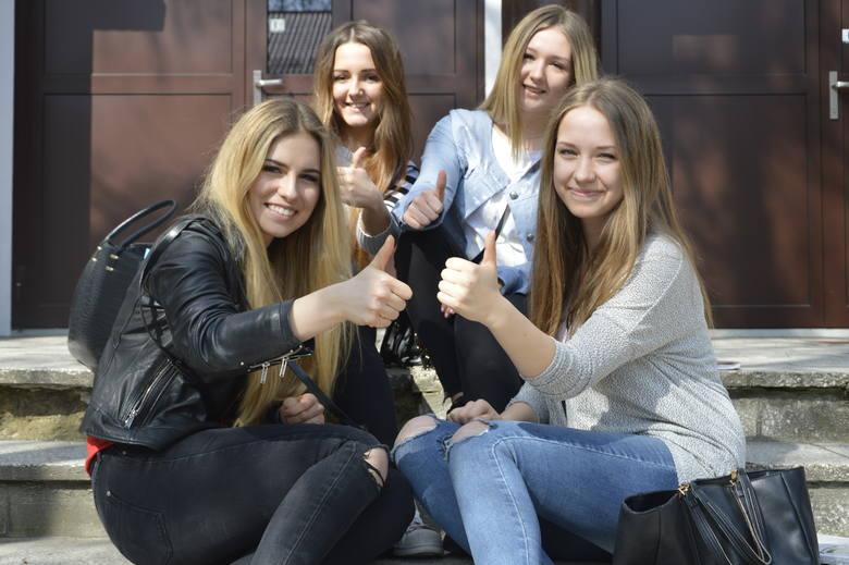 Od lewej: Karolina, Martyna, Patrycja i Ilona polecają wybrać 4 LO przy ul. Kosynierów Gdyńskich. - Niesamowity klimat, nauczyciele z pasją, a do tego