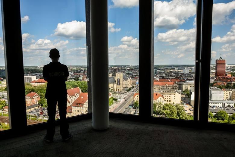 Dotarliśmy już na najwyższe piętra nowego poznańskiego wieżowca. Zobacz, jak wygląda panorama Poznania z Bałtyku.<br /> <br /> [i]Stolicę Wielkopolski z g&oacute;ry każdy chętny będzie m&oacute;gł podziwiać w niedzielę (4 czerwca) od godz. 11.30 do 15.30. Wjazdy na dwunaste piętro Bałtyku...