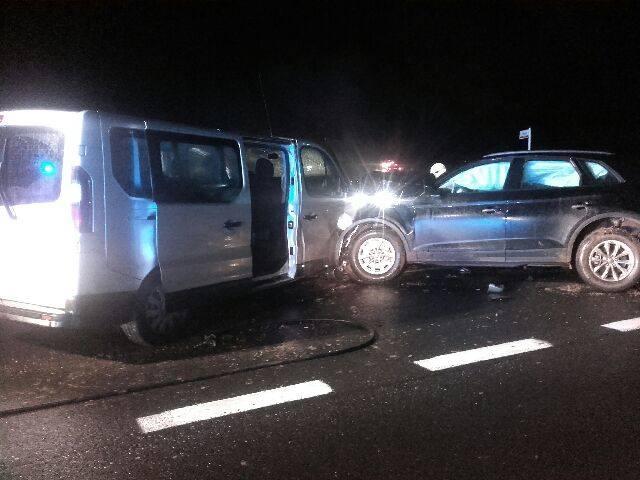 Na odcinku drogi krajowej nr 6 w Sławnie doszło do czołowego zderzenia się dwóch pojazdów. Z informacji, które przekazał rzecznik Straży Pożarnej w Sławnie