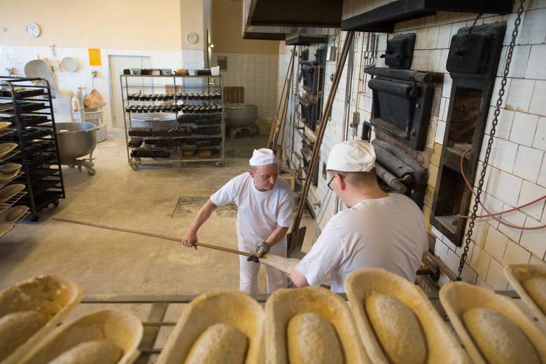 Pracę w piekarni zaczyna się w nocy, kończy nad ranem. Potem pozostaje posprzątać i się wyspać. Bo zmęczony człowiek dobrego chleba nie upiecze.