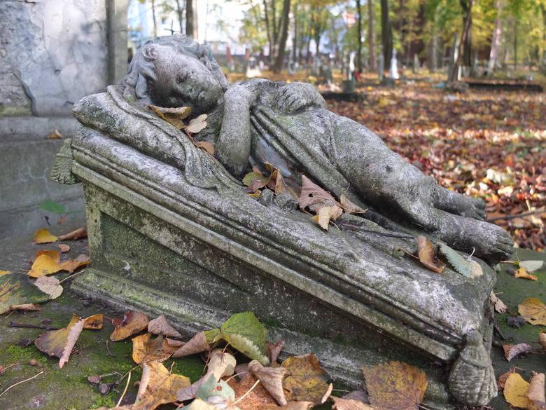 Cmentarz przy ulicy Wrocławskiej powstał w 1813 roku i wówczas był jeszcze poza granicami miasta. Był kilka razy powiększany i przez ponad sto lat był