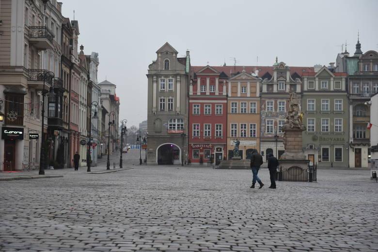 Poznań budzi się po sylwestrowej nocy. Od rana ulice były puste. Trwa wielkie sprzątanie miasta.