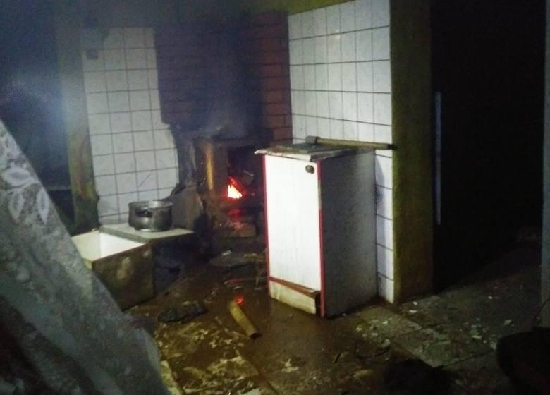 Rutki-Kossaki: Wybuch pieca w drewnianym domu. Poszkodowany mężczyzna trafił do szpitala