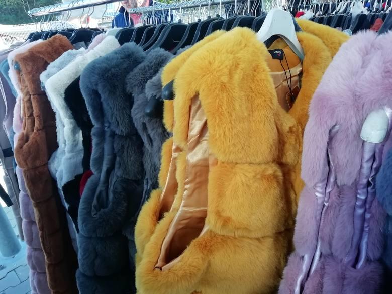 Prawdziwe tłumy wybrały się dziś na targ przy ul. Dworaka aby znaleźć sobie ubrania na jesień i zimę: swetry, kardigany, kurtki płaszcze, futrzane kamizelki,