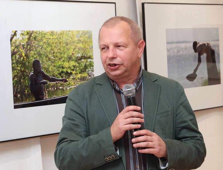 """Wystawę fotografii Michała Kruszony """"Uganda"""", z udziałem autora, otwarto w galerii klubu """"Akcent"""" w Grudziądzu. Michał"""