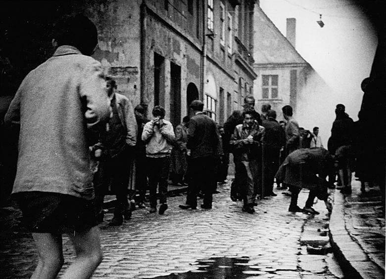 Godz. 10.30-11.00 na placu zbiera się około 2.000 osób, zatrzymano kilku z nich, zebrani domagają się ich uwolnienia. O godz. 11, 30 dowodzenie milicja przejmuje komendant MO Lech Kosiorowski, oddziały milicji obrzucają zebranych pojemnikami z gazem. Przybywa kompania szkolna ZOMO.