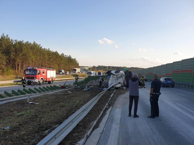 Na miejscu szybko pojawili się strażacy z Tomaszowa oraz pobliskich jednostek OSP, w tym także z pobliskiej Rawy Maz. i usunęli szkło z jezdni, umożliwiając