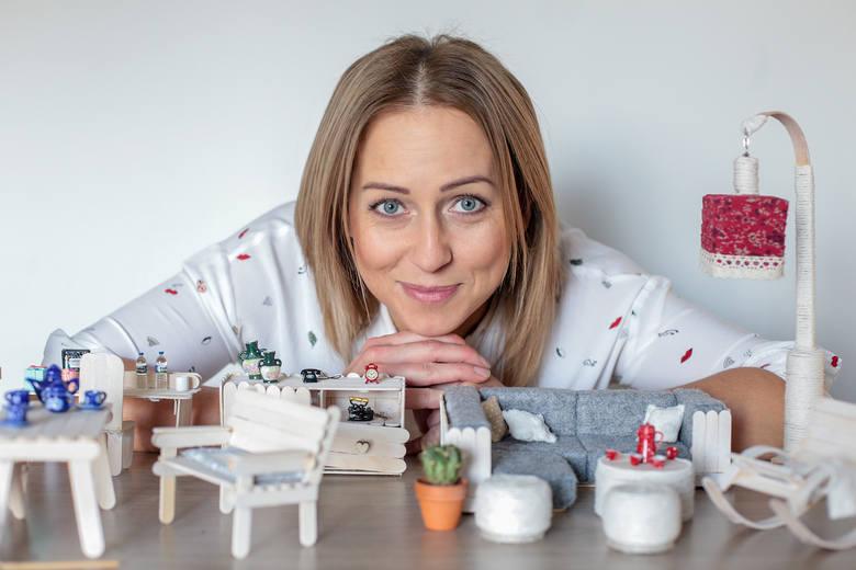 """Monika Harasimowicz jest samoukiem. Własnoręcznie wykonała z patyczków po lodach miniaturowe mebelki dla lalek. Jej talent dostrzegł """"Teleexpress"""" i bydgoszczanka została przyjęta do Teleexpressowej Galerii Ludzi Pozytywnie Zakręconych."""