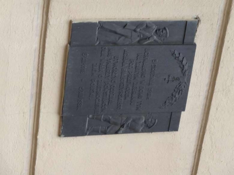 Tablica upamiętnia udział marynarzy w Powstaniu Wielkopolskim