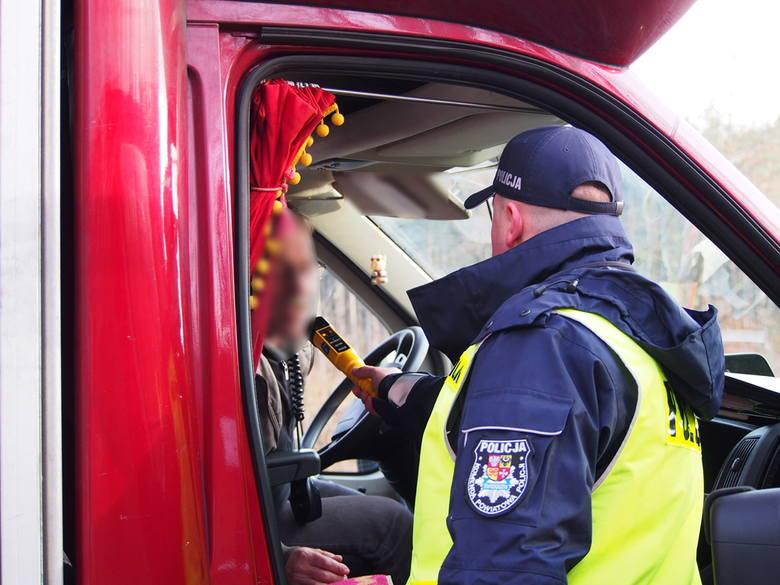 """W miniony weekend świebodzińscy policjanci zatrzymali dwóch pijanych kierowców. W piątek (16 grudnia) policjanci podczas akcji """"Trzeźwy kierowca"""", skontrolowali"""
