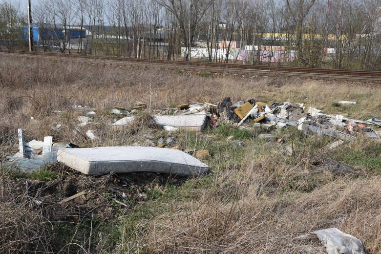 Teren za osiedlem Zacisze w Zielonej Górze i wzdłuż torów kolejowych został mocno zanieczyszczony. Dbajmy o środowisko, w dobie koronawirusa, szczeg