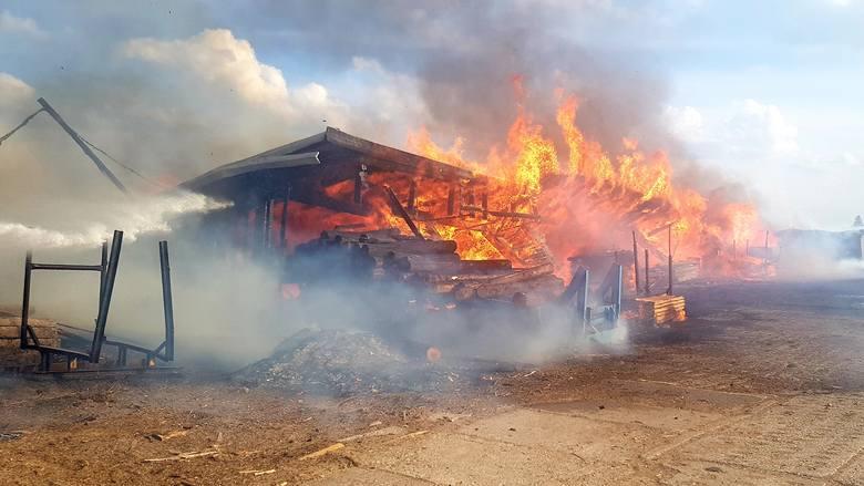 W poniedziałek około godziny 17 wpłynęło zgłoszenie o pożarze w miejscowości Ściokła w gminie Sztabin. Zapaliły się dwie wiaty w miejscowym zakładzie