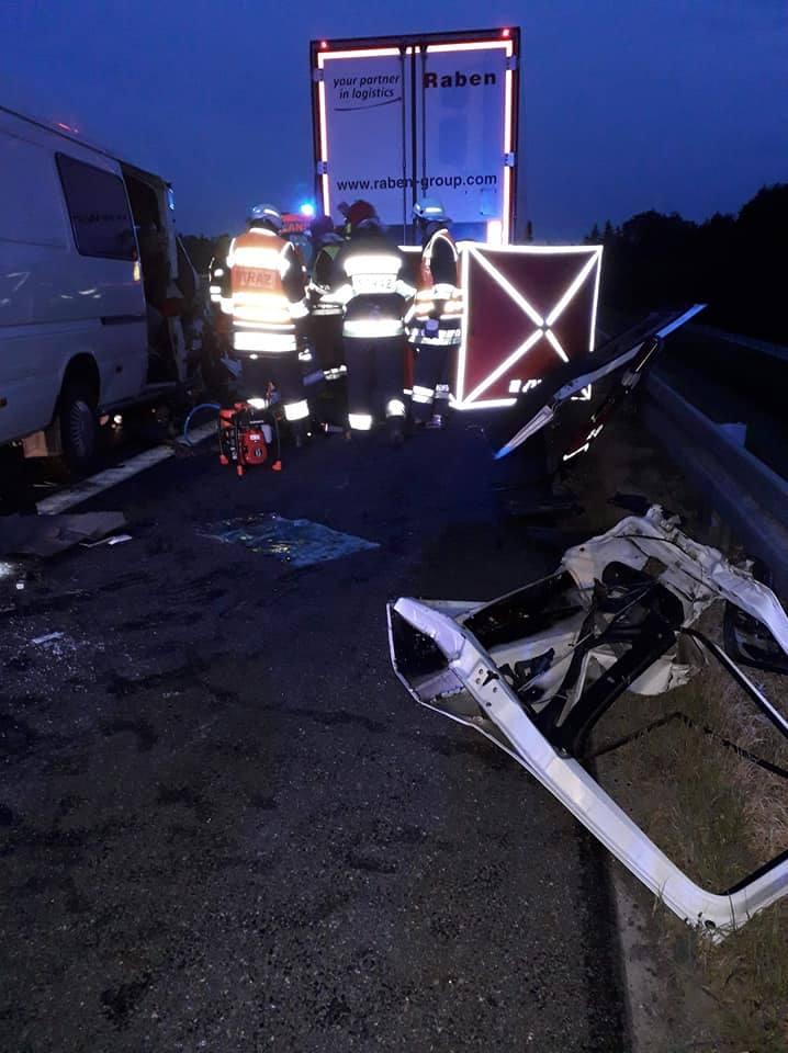 Wypadek na A4. Tragedia na drodze. Zderzenie z busem. Jedna osoba nie żyje