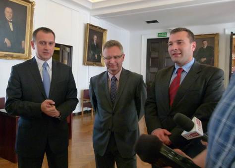 - Warunki tego przetargu tak zostały ułożone, że może go wygrac tylko jedna firma -twierdzi Jarosław Berger (w środku).