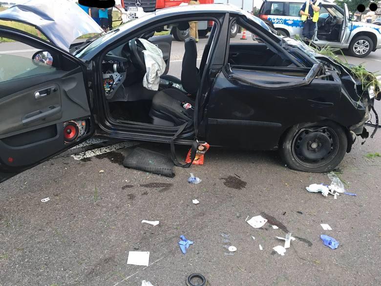 Knyszyn. Wypadek na DK 65. Seat uderzył w drzewo i wrócił na drogę (zdjęcia)