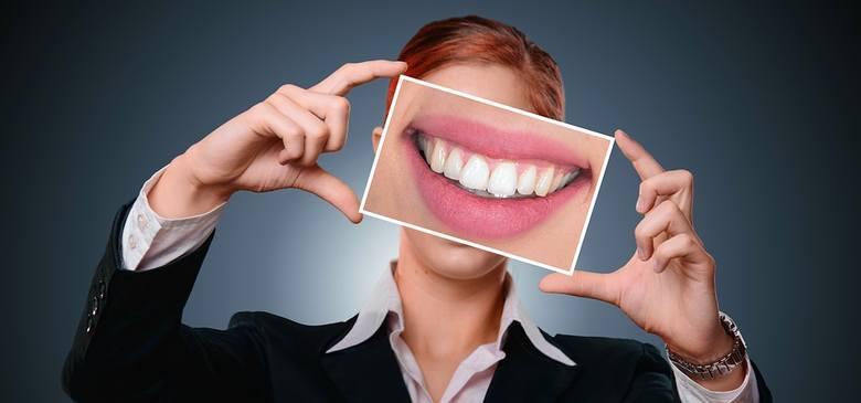 """Niektóre problemy jamy ustnej są niestety często przez nas ignorowane. Zazwyczaj mamy nadzieję, że dolegliwość """"minie sama"""", a wizytę u stomatologa odkładamy,"""