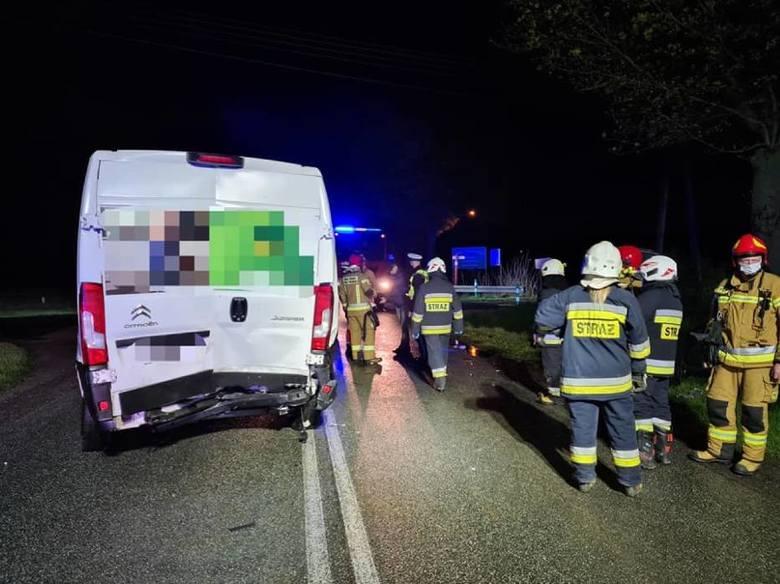 Doszło do zderzenia trzech pojazdów: busa i dwóch aut osobowych. Ranną osobę zabrano do szpitala.
