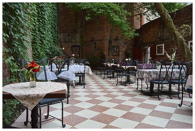 Opis ze strony lokalu: Róże i Zen to obowiązkowy przystanek na restauracyjnej mapie Torunia. Kultowy lokal słynie z niepowtarzalnego klimatu i magicznego