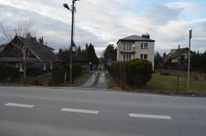 Przy ulicy Słocińskiej w Rzeszowie brakuje chodników. Trzeba chodzić poboczem