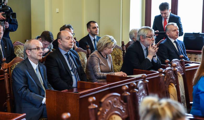 - Musimy myśleć racjonalnie i wiedzieć, co nas czeka - mówił podczas sesji prof. Jacek Kubica z CM (pierwszy z lewej)