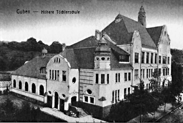 Wyższa Szkoła Żeńska przy Grüne Wiese - dzisiaj działa tu Liceum Ogólnokształcące (było też gimnazjum).Wiele ciekawych historii o mieście można poznać