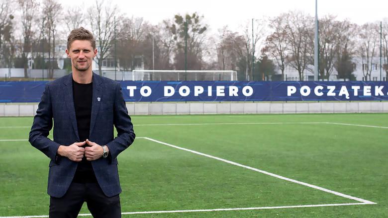 41 lat, były piłkarz m.in. Wisły Płock i Pogoni Szczecin.Pracę zaczął 1 grudnia, zastępując na stanowisku Marka Jóźwiakawcześniej Lechia Tomaszów Mazowiecki