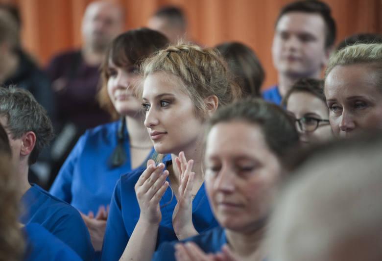 W poniedziałek w Państwowej Wyższej Szkole Zawodowej odbyło się uroczyste wręczenie czepków studentom drugiego roku kierunku pielęgniarstwo. Czepki otrzymało
