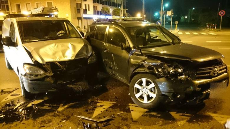 W czwartek około godz. 20 na skrzyżowaniu ulic Mickiewicza, Zwierzynieckiej i Pod Krzywą zderzyły się dwa auta.