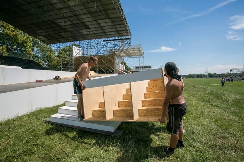 Budowa ołtarza na Błoniach  jest zaawansowana w 90 proc. W Brzegach zostało do wykonania 25 proc. robót.