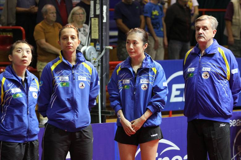 Yue Wu, Elizabeta Samara oraz Han Ying są przewidziane do gry w meczu z SH-ITB Budaörsi 2i SC. Obok nich trener Zbigniew Nęcek