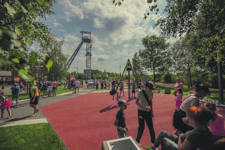 Infrastruktura rekreacyjna dla wszystkich pokoleń: nowoczesne place zabaw, m.in. Park Akcji i reakcji, łączący zabawę z edukacją oraz pierwszy w Siemianowicach Śląskich wodny plac zabaw
