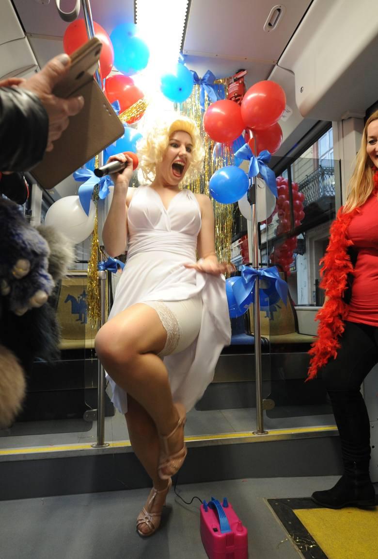 Kraków. Walentynkowy tramwaj jeździł po mieście. Z Elvisem i Marylin na pokładzie