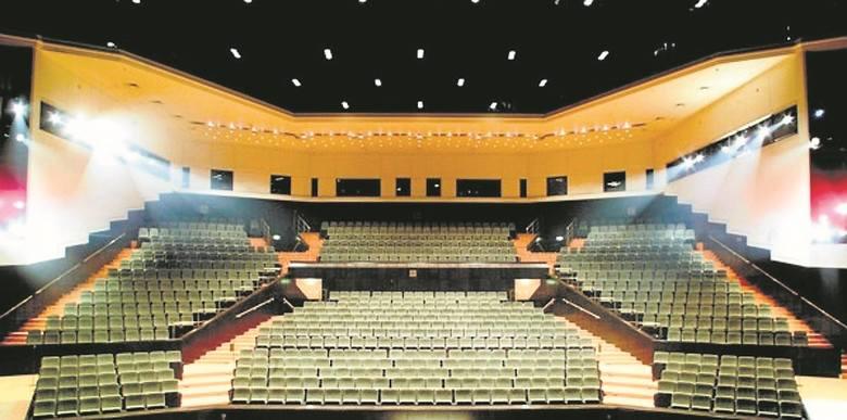 Amfiteatralna widownia ma 803 fotele oraz 6 miejsc dla osób niepełnosprawnych na wózkach. Mieści się nad salą kameralną,  na pierwszym piętrze. Prowadzą do niej dwa ciągi schodów.