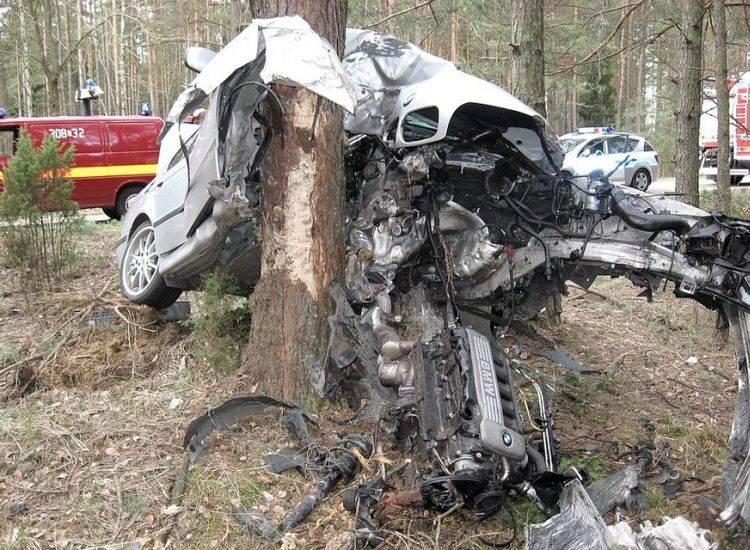 Żywkowo Wypadek Bmw Auto Przeleciało Przez Las I Wbiło