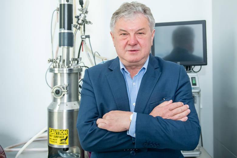 Profesor Andrzej Mackiewicz wraz ze swoją grupą naukowców znani są już z opracowania szczepionki na czerniaka, która pomaga wielu chorym onkologicznie.