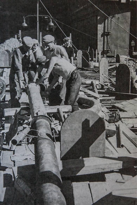 Robotnicy przy montażu nagrzewnic wielkiego pieca
