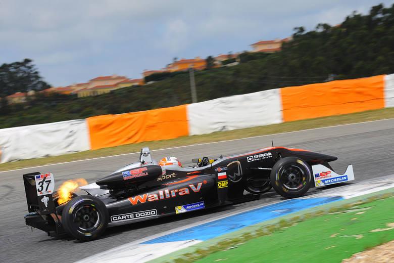 """Igor Waliłko i jego bolid, który już przypomina samochody znane z torów Formuły 1. Oby zawiózł go do tego """"królestwa wyścigów""""."""