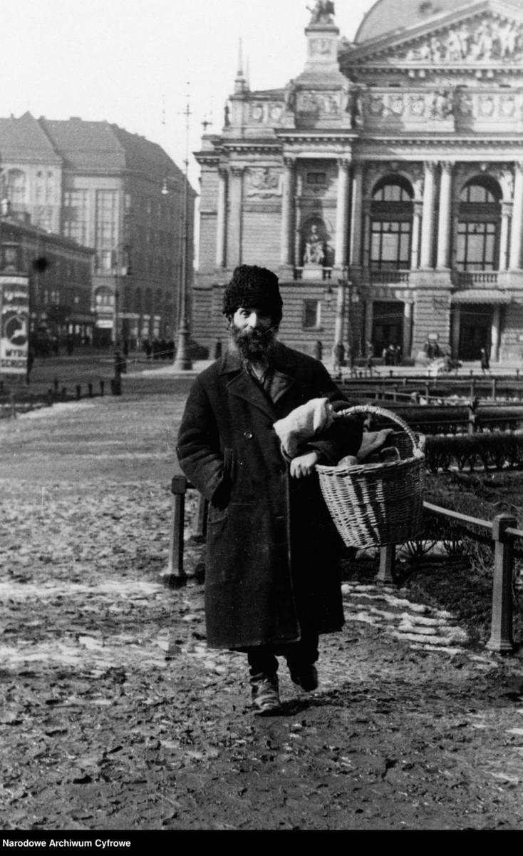 Na zdjęciu: uliczny sprzedawca z koszykiem, towarem i ręczną wagą szalkową.Data i miejsce są nieznane.