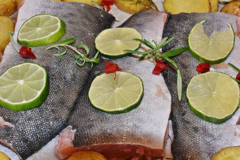 Jak przyrządzić rybę na diecie DASH? Posolić tylko skórę, a z innych większą część soli zastąpić sokiem z cytryny, ziołami i ostrą papryką.