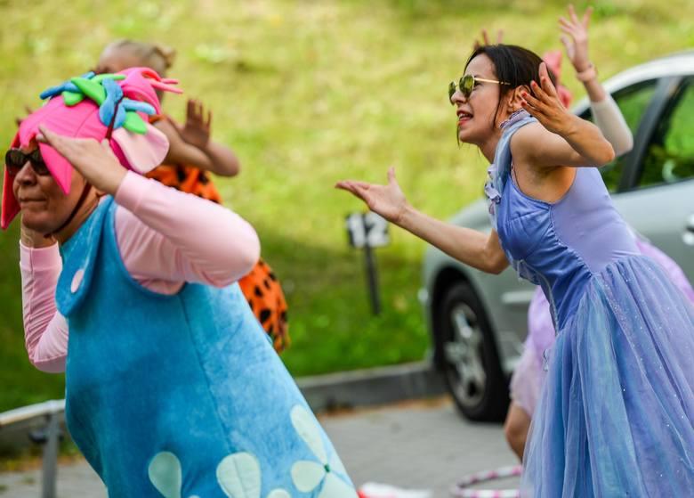 Na parkingu przed kompleksem Kliniki Pediatrii, Hematologii i Onkologii pojawili się roztańczeni i kolorowi tancerze, którzy zaprezentowali przedstawienie
