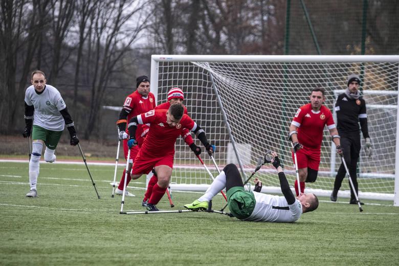 AMP Futbol to niezwykle widowiskowa dyscyplina, ale też wymagająca ogromnego poświęcenia. Zobaczcie niezwykłe zdjęcia z rywalizacji poznaniaków w ekstraklasie.