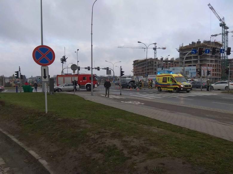 Do stłuczki doszło ok. godz. 6. Ze wstępnych ustaleń policji wynika, że 38-letni kierowca forda jadący ul. Podwisłocze, skręcając w kierunku Mostu Zamkowego