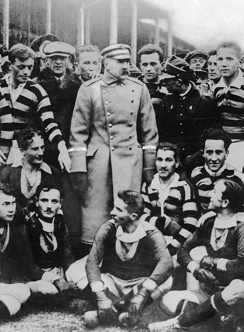1924 r., Paryż. Reprezentacja Polski na Letnich Igrzyskach Olimpijskich. Stoją od prawej: bramkarz Mieczysław Wiśniewski (Wisła Kraków), Mieczysław Batsch