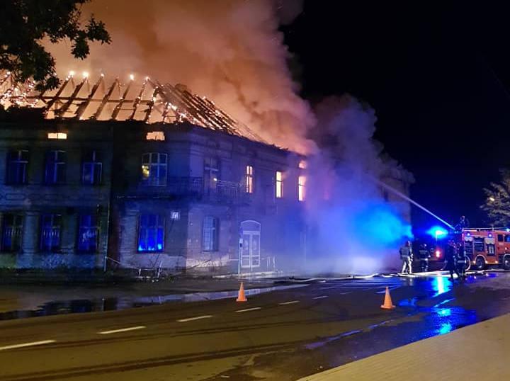 Pożar pustostanu w Zwierzynie wybuchł w sobotę, 21 września. Strażacy zgłoszenie o pożarze dostali przed północą. Do akcji wysłano 10 zastępów strażaków.Palił